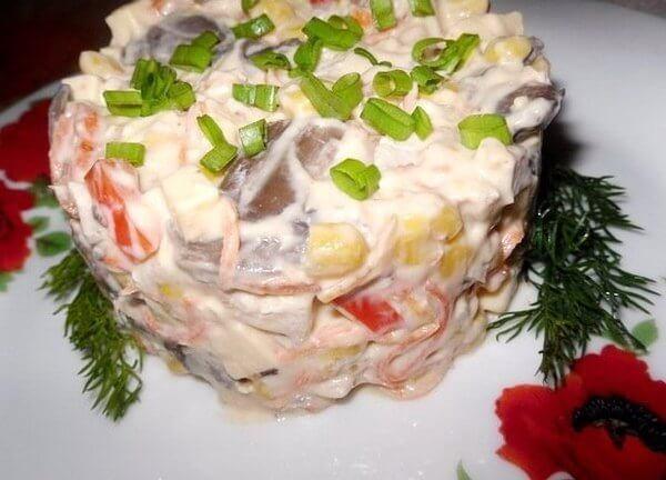 Салат «Мозаика» из курицы, грибов и овощей