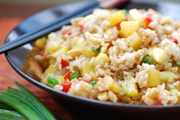 Жареный рис с ананасом