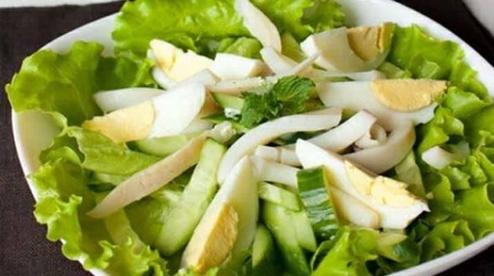 Салат из кальмара, яиц и огурца