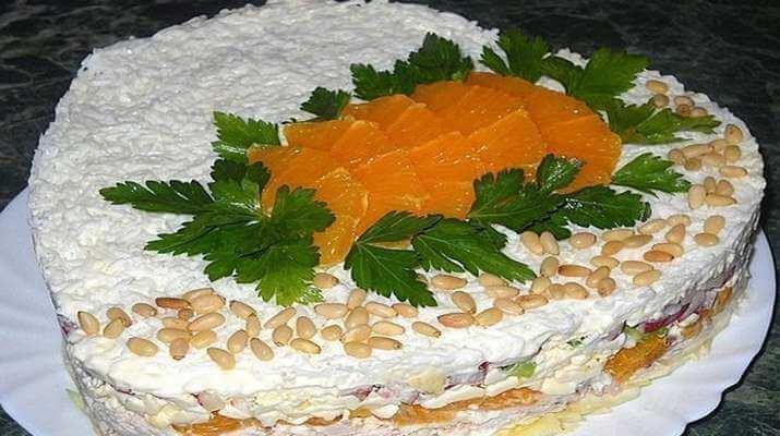 Салат с курицей, плавленым сыром и апельсинами