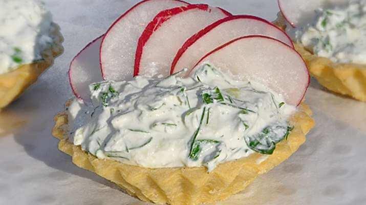 Салат в тарталетках с творогом и редисом