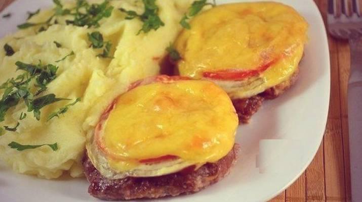 Котлеты в духовке с сыром и овощами