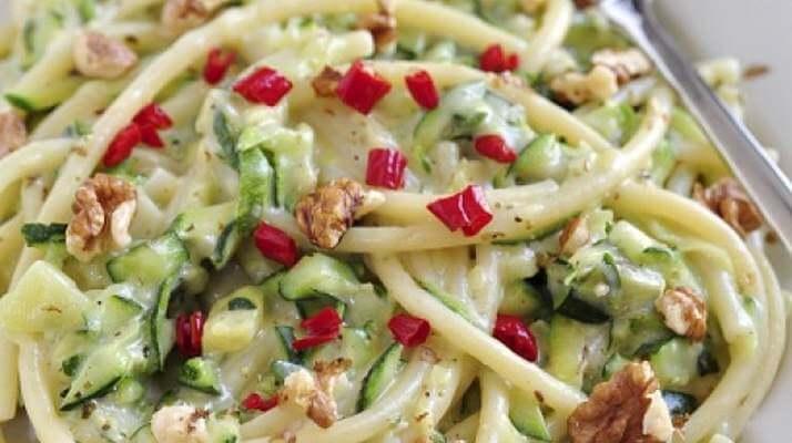 Спагетти с цукини и песто из чили
