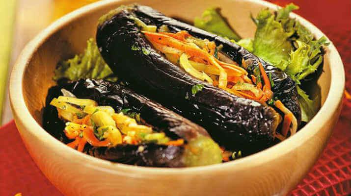 Баклажан, фаршированный овощами