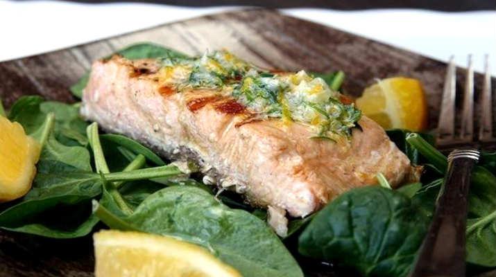 Жареный лосось с зеленью