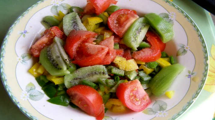 Салат из помидор с киви