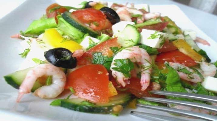 Салат из маслин с креветками, брынзой