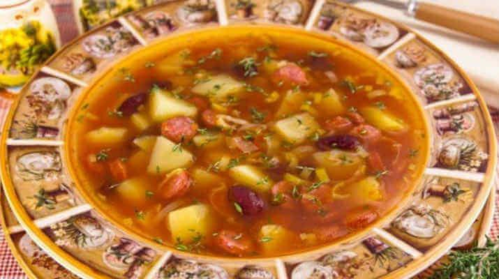 Фасолевый суп с сардельками