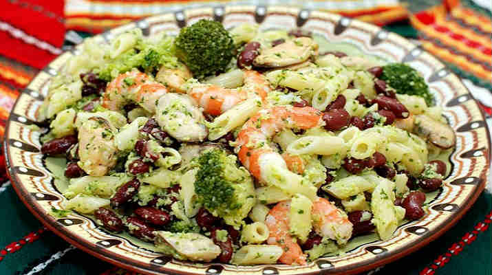 Салат из макарон с креветками