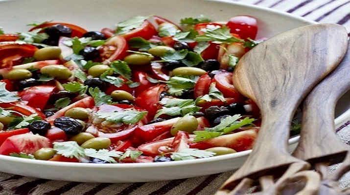 Салат из помидор и оливок