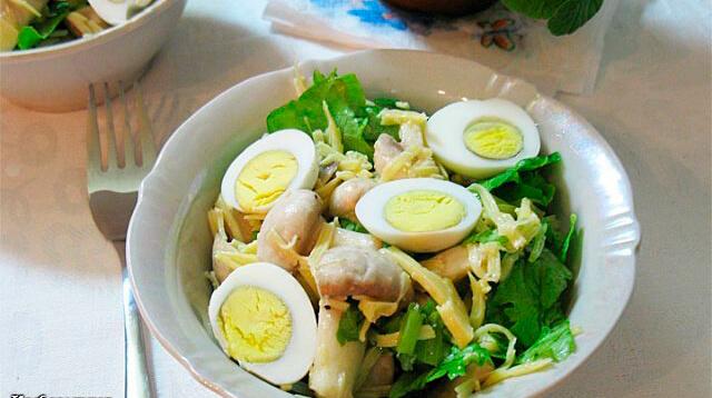 Оригинальный и удивительно вкусный салат из грибов с яйцом