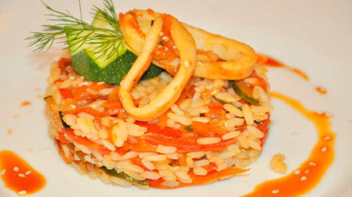Рис с овощами и кальмарами