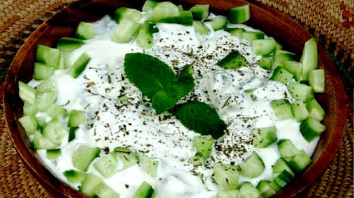 Салат из огурца, лука со сметаной