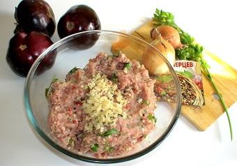 Баклажаны с начинкой, запеченные в томатном соусе