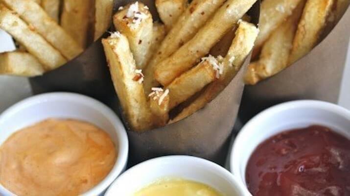 Картофель-фри с красным перцем, чесноком