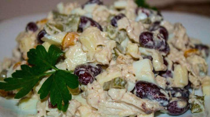 Потрясающе вкусный салат с курицей, фасолью и сыром