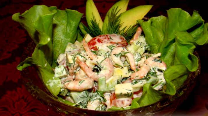 Экзотический салат из креветок с авокадо и зеленью