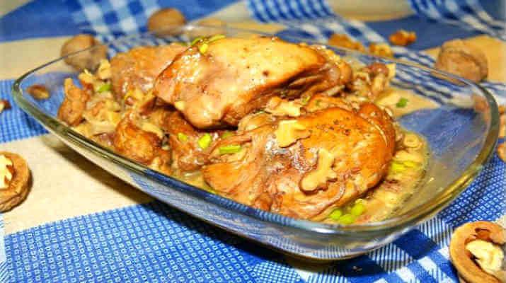 Мясо курицы, тушеное в ореховом соусе
