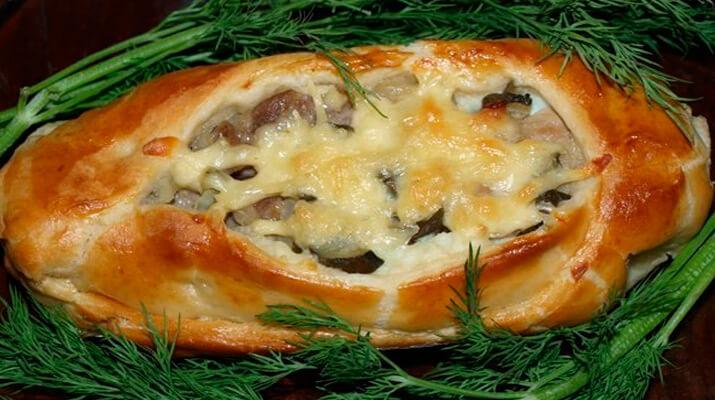 Лодочки из слоеного теста с картофелем, мясом и огурцами