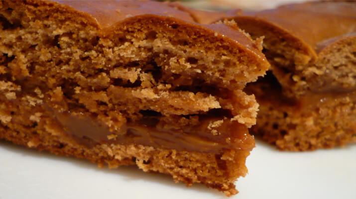 Пирог «Лакомка» с орехами и вареной сгущенкой