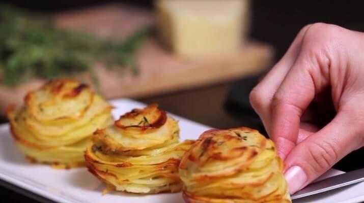 Повар кладет картошку в формочки для кексов…