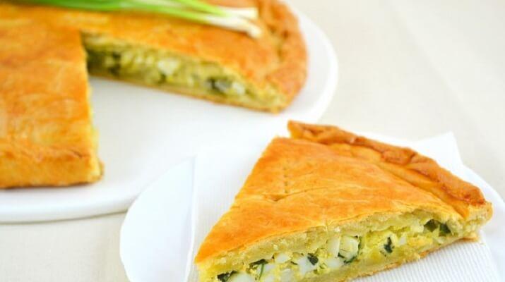 Попробуйте нежный пирог с зеленым луком, отварной курицей и сырной корочкой — вы не будете разочарованы!