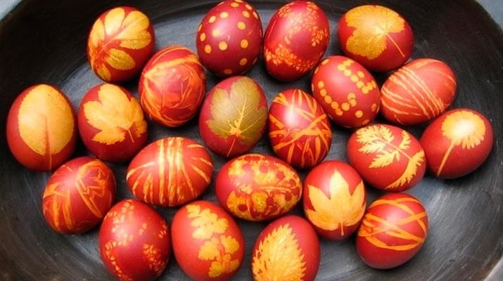 Как покрасить яйца на Пасху (с рисунком)