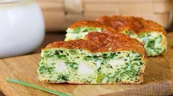Пирог с курицей, зеленью лука и сыром