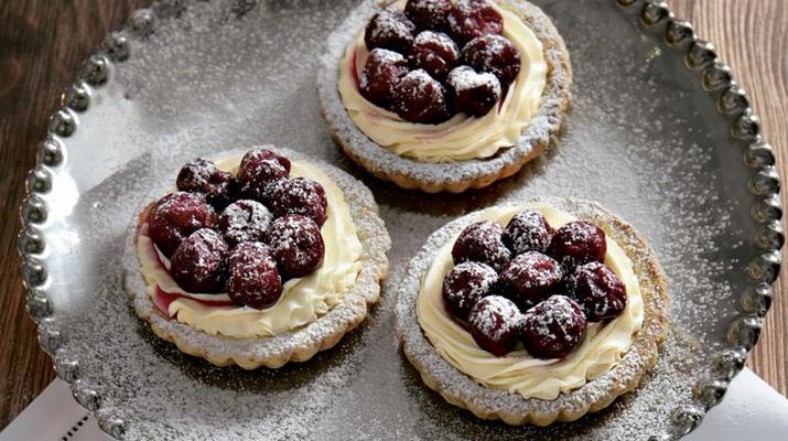 Нежные пирожные с вишней