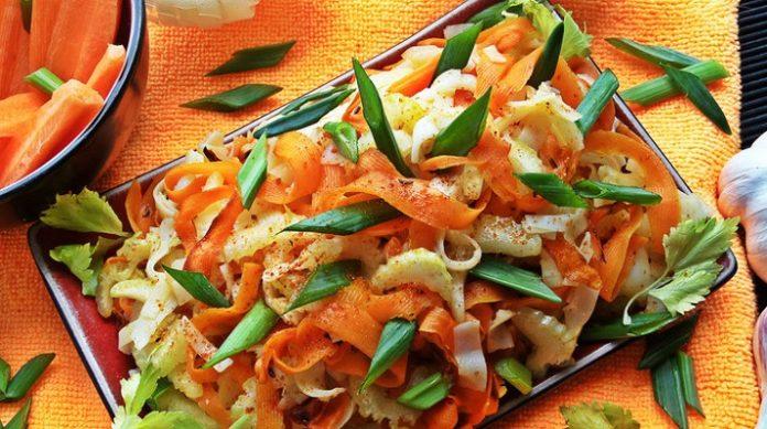Рисовая лапша с морковью и сельдереем