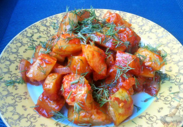 Цуккини, тушенные с томатами и прованскими травами. Закуска из кабачков с помидором.