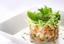 Очень вкусный и яркий салат из помидор с крабовыми палочками