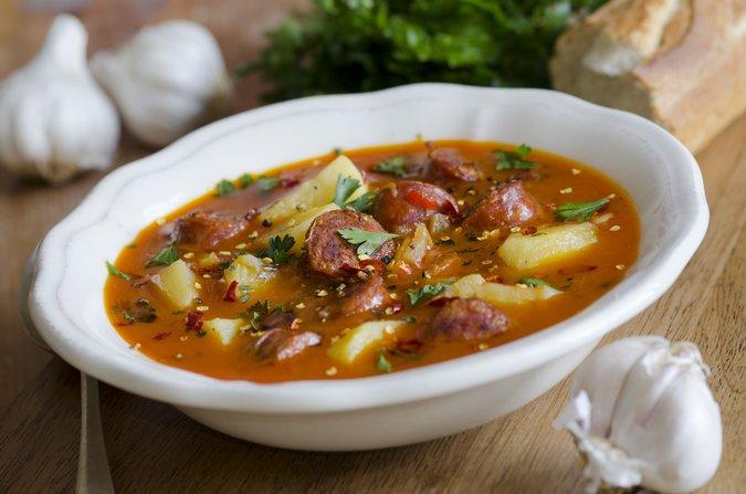 Испанский суп с фасолью и колбасками