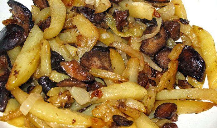 Жаренный картофель с грибами и луком в мультиварке