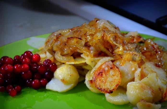 Жареный картофель с яблоком и чесноком