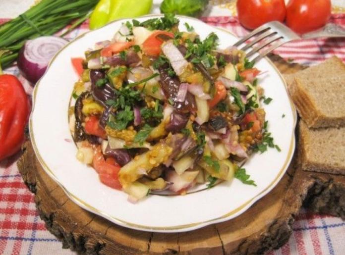 Теплый салат из баранины с баклажанами