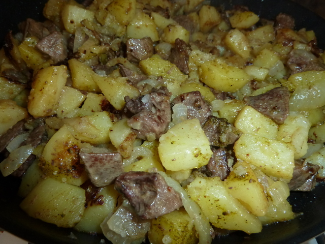 Картофельное жаркое с ливерной колбасой и сладким перцем