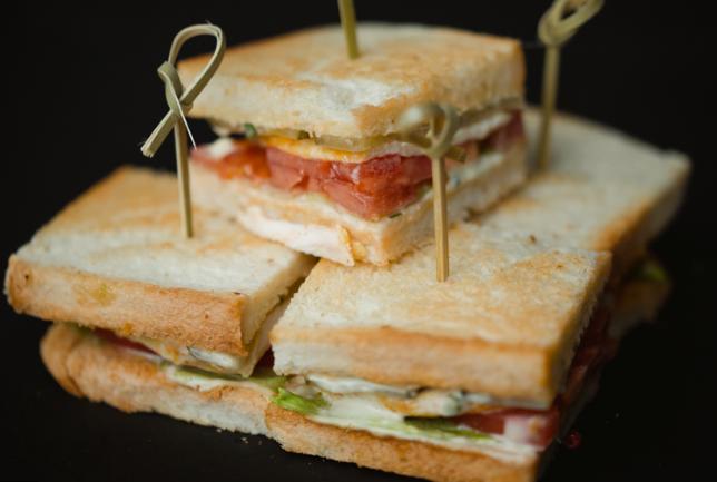 Сэндвич с томатами и моцареллой