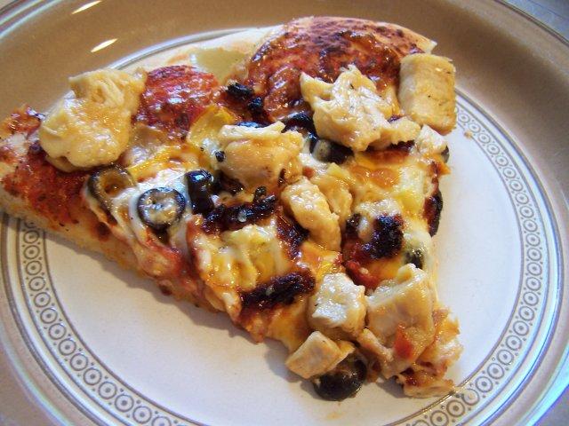 Пицца с курицей и чесноком