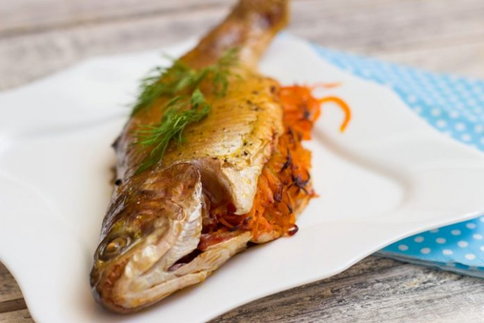 Запеченная рыбка с морковкой