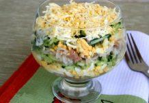 Салат с креветками и соусом песто