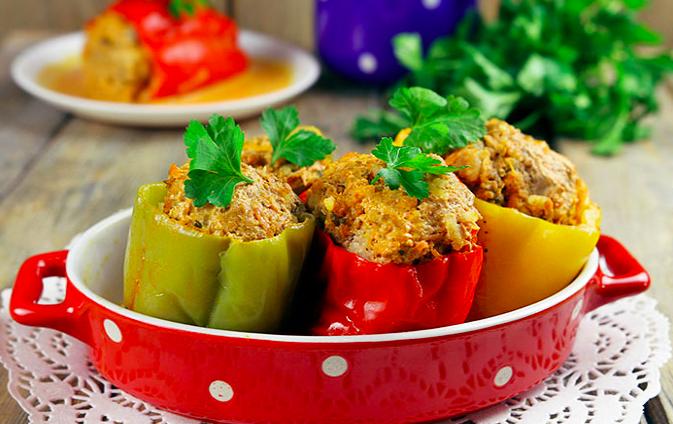 Фаршированные перцы овощами, рисом и мясом