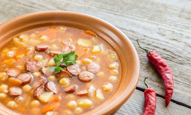 Суп с беконом, фасолью и чесноком в микроволновой печи