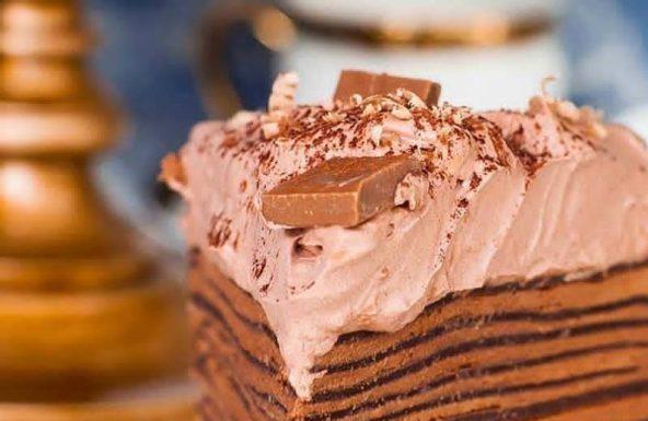 Шоколадный блинный торт с кремом кето Шарлотт