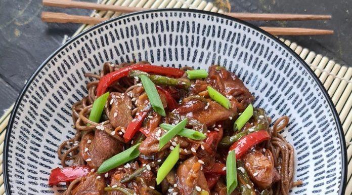 Вок с индейкой и овощами в соусе терияки