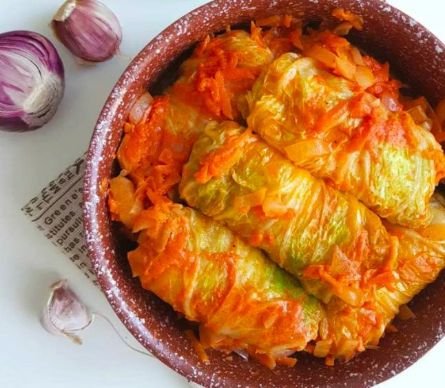 Домашние голубцы из пекинской капусты с фаршем с овощным соусом! Perfecto!