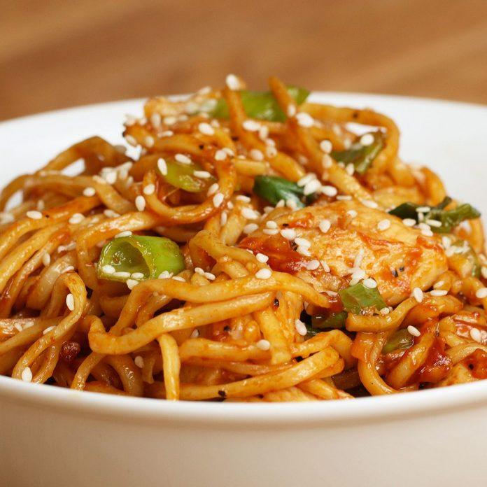Спагетти с курицей, кабачком и другими овощами в соусе терияки