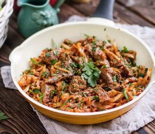Рецепты с белокочанной капустой. Тушеная капуста с мясным фаршем и специями. Капуста с печенью и томатной пастой.