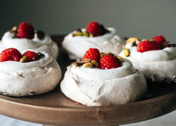 Мини-тортики «Павлова» с малиной и фисташками