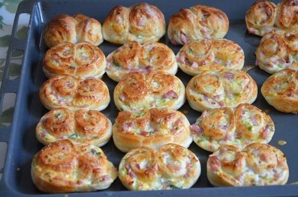 Пирожки, улиточки с зелёным луком, сыром и ветчиной